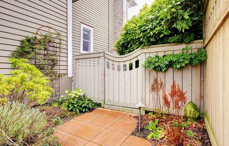 Landscaping ideas for side of house - Landscaped side of house with gate