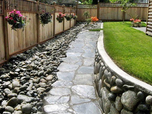 backyard-with-beautiful-river-rocks